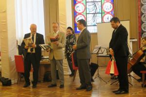 Nagrody wrecza Tomasz Dederko Konsul Generalny RP w Kijowie i Antoni Stefanowicz Prezes ZPU na Ukrainie.
